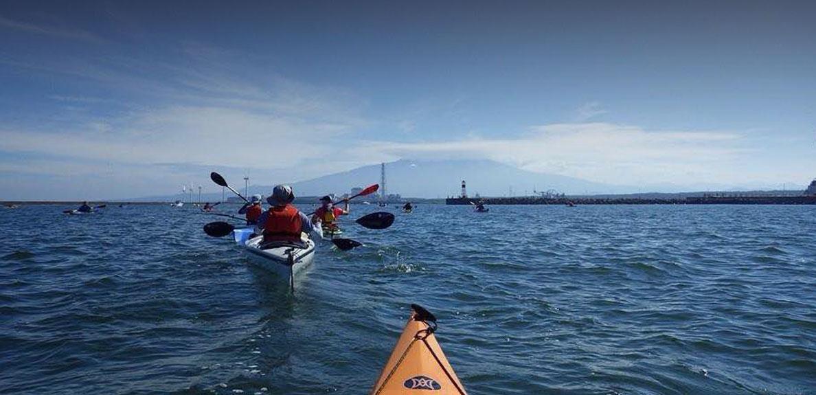 海でのカヤックから望む鳥海山
